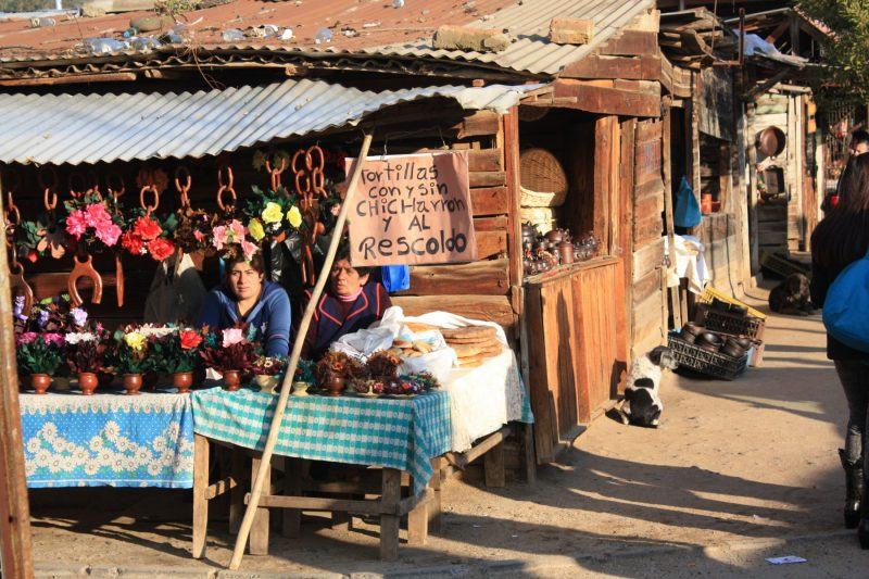 Pomaire's street selling handicraft and pottery